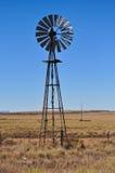 Windmühle auf Bauernhof stockbild