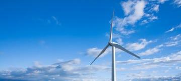 Windmühle auf blauem Himmel Stockbild