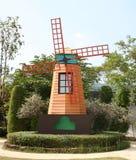 Windmühle auf dem Gebiet im Frühjahr lizenzfreies stockbild