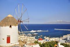 Windmühle auf dem Hintergrund von Chora Mykonos Lizenzfreies Stockfoto