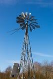 Windmühle auf einem Bauernhof in Frankreich Stockfotografie