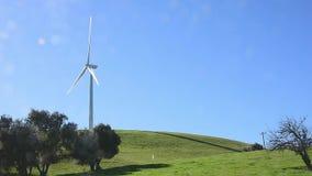 Windmühle auf einem Bauernhof mit grünen Hügeln stock video footage