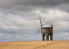 Windmühle auf einem Weizen-Gebiet Stockbild
