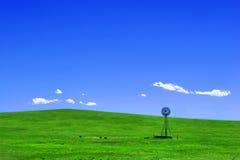 Windmühle auf einem westlichen Hügel Lizenzfreie Stockfotos