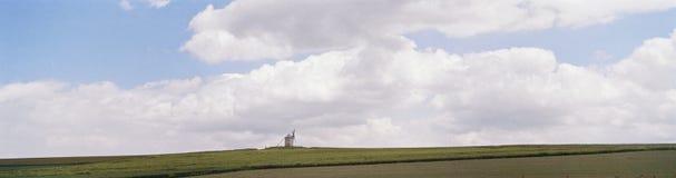Windmühle auf Skylinen Stockfotografie