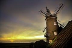 Windmühle bei Cley als Nächstes das Meer lizenzfreies stockbild