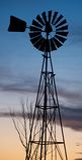 Windmühle bei Sonnenuntergang stockfoto