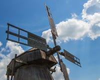 Windmühle, Blätter, blauer Himmel, Wolken stockbild