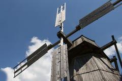 Windmühle, Blätter, blauer Himmel, Wolken lizenzfreie stockfotografie