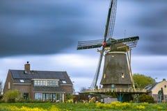 Windmühle in den Niederlanden an einem kalten Frühlingstag Stockfotos