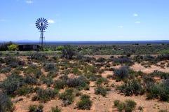 Windmühle in der Karoo-Wüste Lizenzfreies Stockfoto