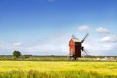 Windmühle in der schwedischen Landschaft. Lizenzfreie Stockfotos