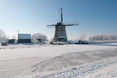Windmühle in der Winterlandschaft stockbild