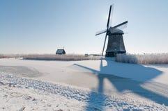 Windmühle in der Winterlandschaft lizenzfreie stockfotografie