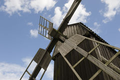 Windmühle des niedrigen Winkels Stockfotografie