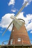 Windmühle des roten Backsteins mit drehender Spitze Stockfotografie