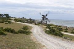 Windmühle durch Ozean Stockbilder