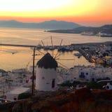 Windmühle durch Sonnenuntergang Lizenzfreie Stockfotografie