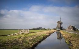 Windmühle in einer typischen niederländischen Landschaft Lizenzfreie Stockfotos