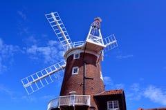 Windmühle Fantail und blauer Himmel, Cley-Windmühle, Cley-folgend-d-Meer, Holt, Norfolk, Vereinigtes Königreich lizenzfreie stockfotos