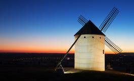 Windmühle am Feld im Sonnenaufgang Stockfotografie