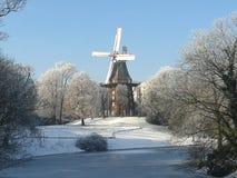 Windmühle in gefrorener Landschaft lizenzfreies stockbild