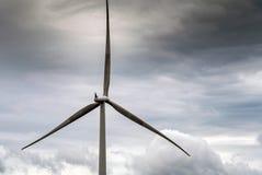 Windmühle gegen Sturmwolken im Himmel stockfotos