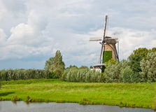 Windmühle im holländischen Dorf von Terheijden Stockfotografie