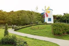 Windmühle im Park mit Sonnenschein Stockfotografie