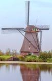 Windmühle in Kinderdijk in der Vertikale Lizenzfreie Stockbilder
