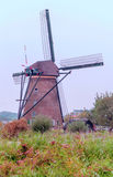 Windmühle in Kinderdijk in der Vertikale Lizenzfreies Stockbild