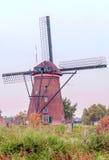 Windmühle in Kinderdijk in der Vertikale Lizenzfreie Stockfotos
