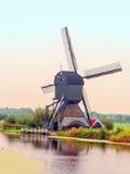Windmühle in Kinderdijk in der Vertikale Stockfotos