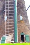 Windmühle in Kinderdijk in der Vertikale Lizenzfreie Stockfotografie