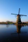 Windmühle mit Reflexion Lizenzfreies Stockfoto
