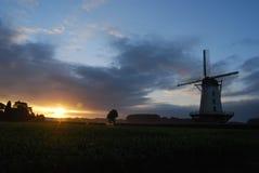 Windmühle mit steigender Sonne Lizenzfreies Stockbild