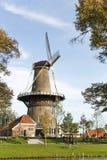 Windmühle Molen De Valk in Leiden, die Niederlande Sonniger Tag und Himmel mit Wolken stockfotos