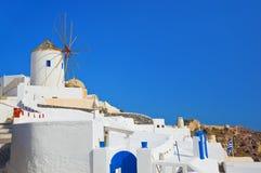 Windmühle in Oia bei Santorini, Griechenland Stockfoto
