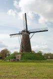 Windmühle (rückseitig) in der holländischen Landschaft mit Wolken Stockfoto