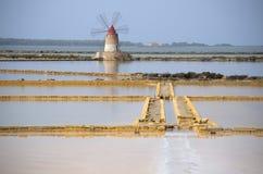 Windmühle in Salt Lake in der natürlichen Reserve des Stagnone Lizenzfreies Stockfoto
