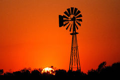 Windmühle am Sonnenuntergang Lizenzfreie Stockbilder