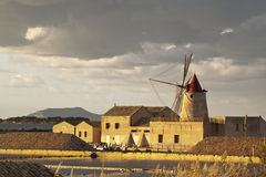 Windmühle am Sonnenuntergang stockfotografie