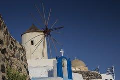 Windmühle in Stadt Oia (Ia), Santorini - Griechenland Stockfoto