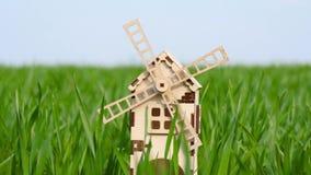 Windmühle steht im grünen Gras stock footage
