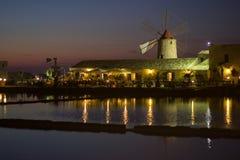 Windmühle touristisch nachts lizenzfreie stockbilder