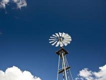 Windmühle und blauer Himmel Lizenzfreie Stockbilder