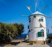 Windmühle und blauer Himmel Stockbilder