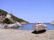 Windmühle und Boot in Griechenland stockfoto