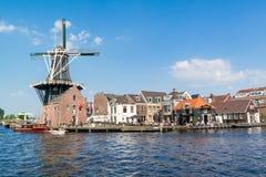 Windmühle und Café entlang Spaarne-Fluss, Haarlem, die Niederlande Stockfoto