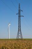 Windmühle und elektrischer Draht Stockbilder